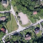 På ängen tvärs över gatan från fotbollsplanen vid Storängens Strandväg planeras en damm för att rena dagvatten